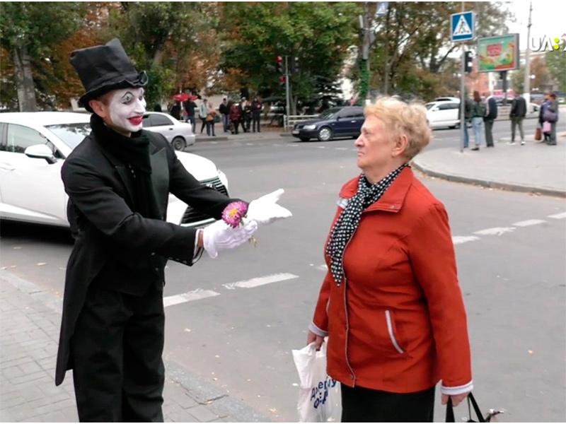 У Херсоні безпеці на дорозі навчали пантомімою
