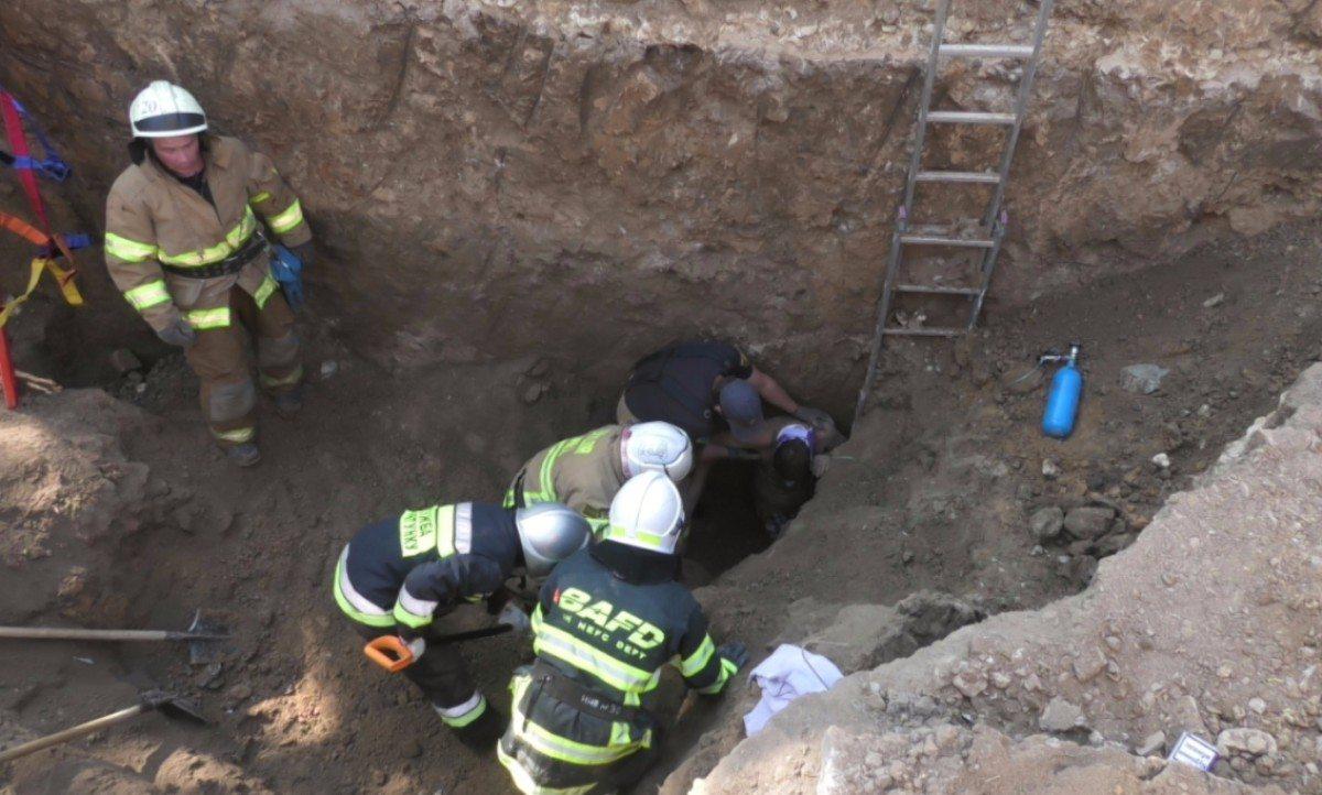 Херсонские спасатели спасли рабочего, которого засыпало землёй в котловане