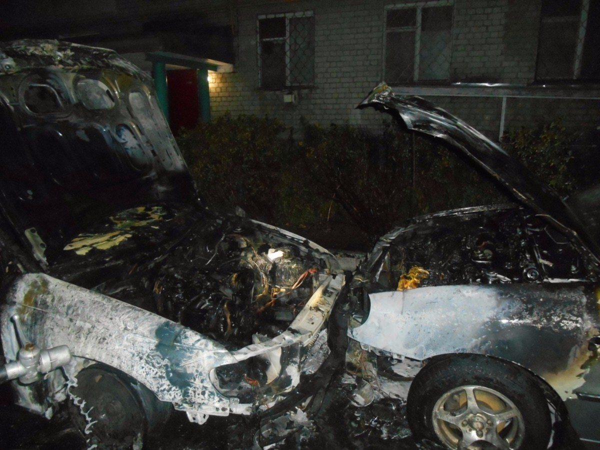В Новой Каховке сгорели два легковых автомобиля