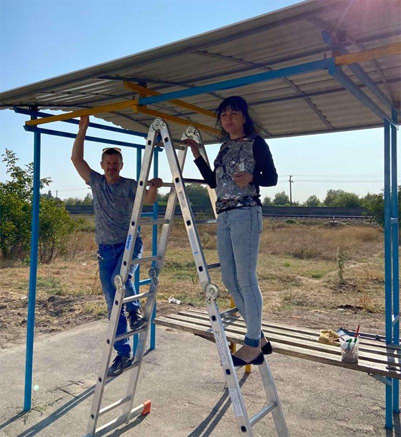 Херсонці власноруч відремонтували автобусну зупинку
