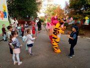В херсонском детсаду тигр с бегемотом детей поздравляли