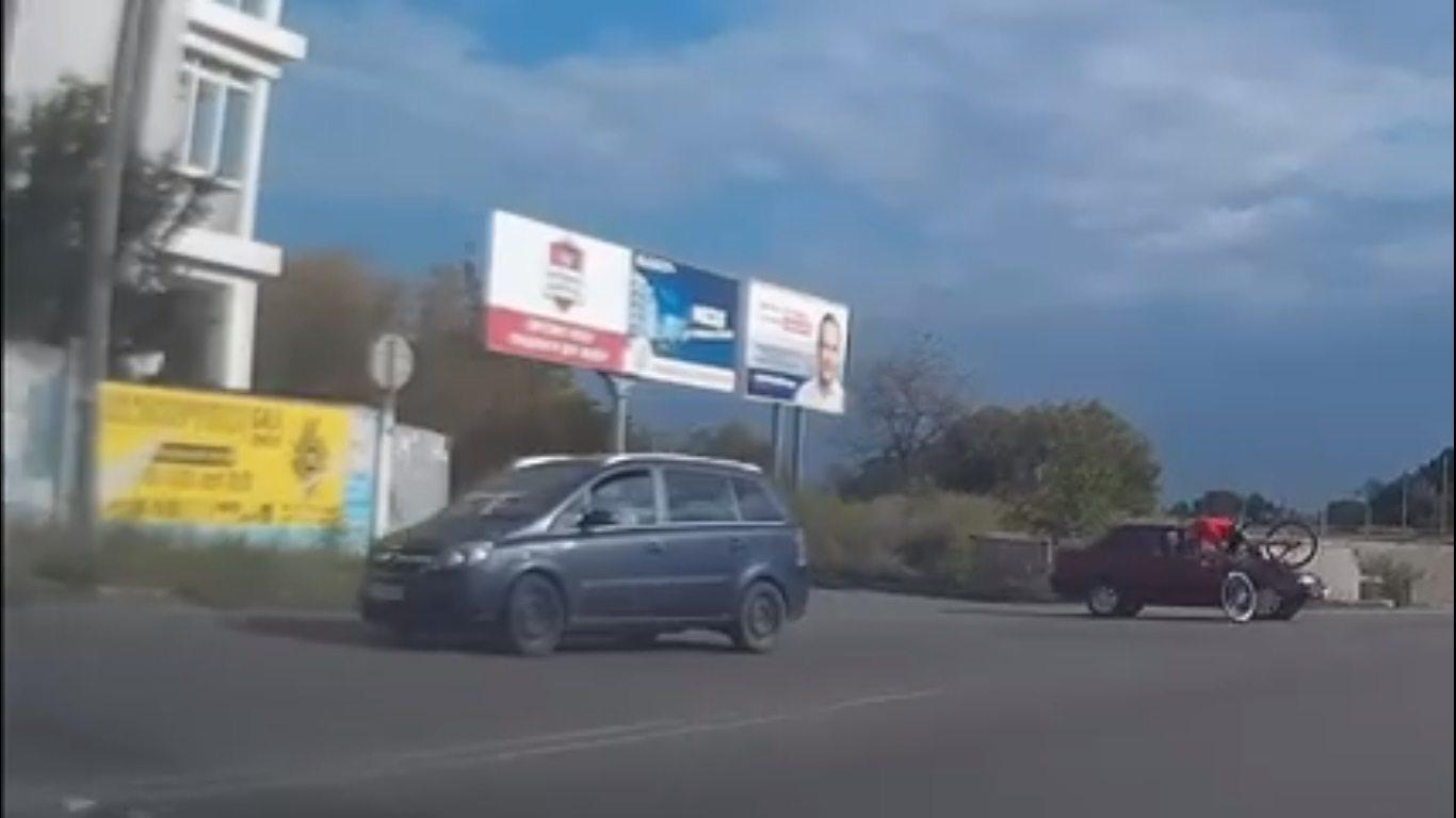 В Херсоне автомобиль сбил велосипедиста (видео)
