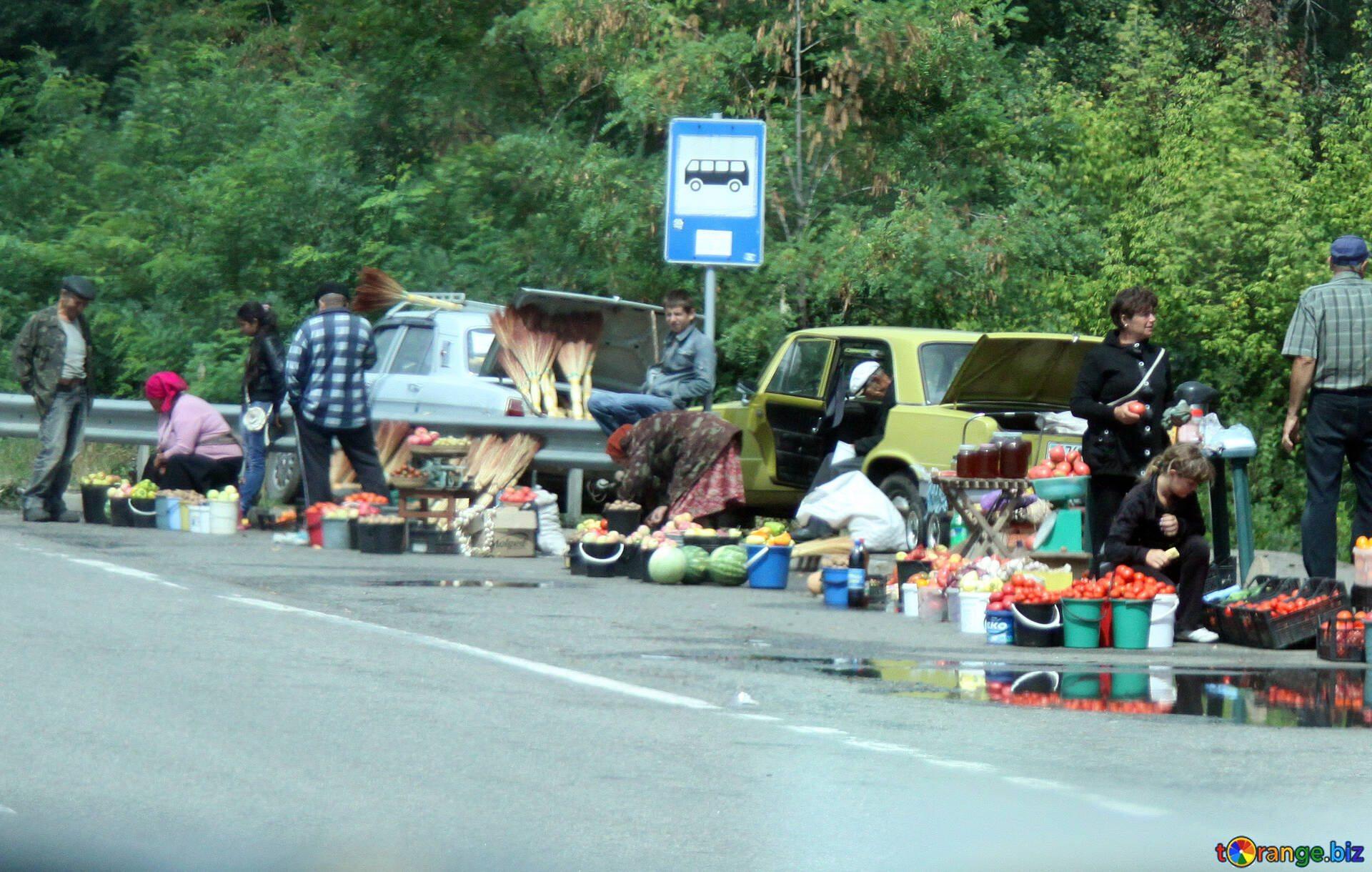 На придорожном рынке возле Херсона обвешивают покупателей