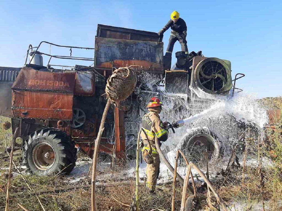 На Херсонщине в поле сгорел комбайн