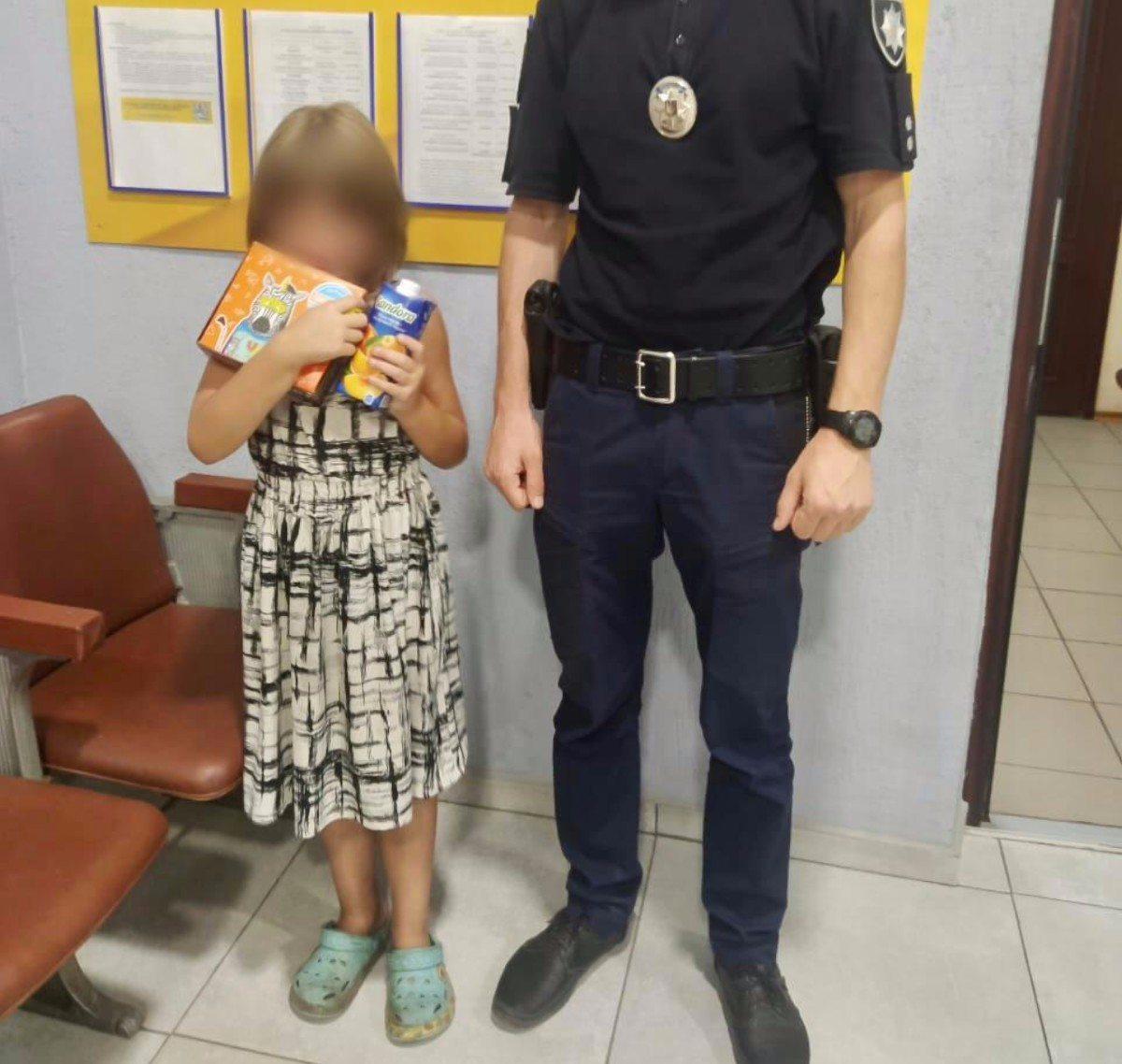 Херсонские полицейские помогли девочке, которую родная мать забыла на улице