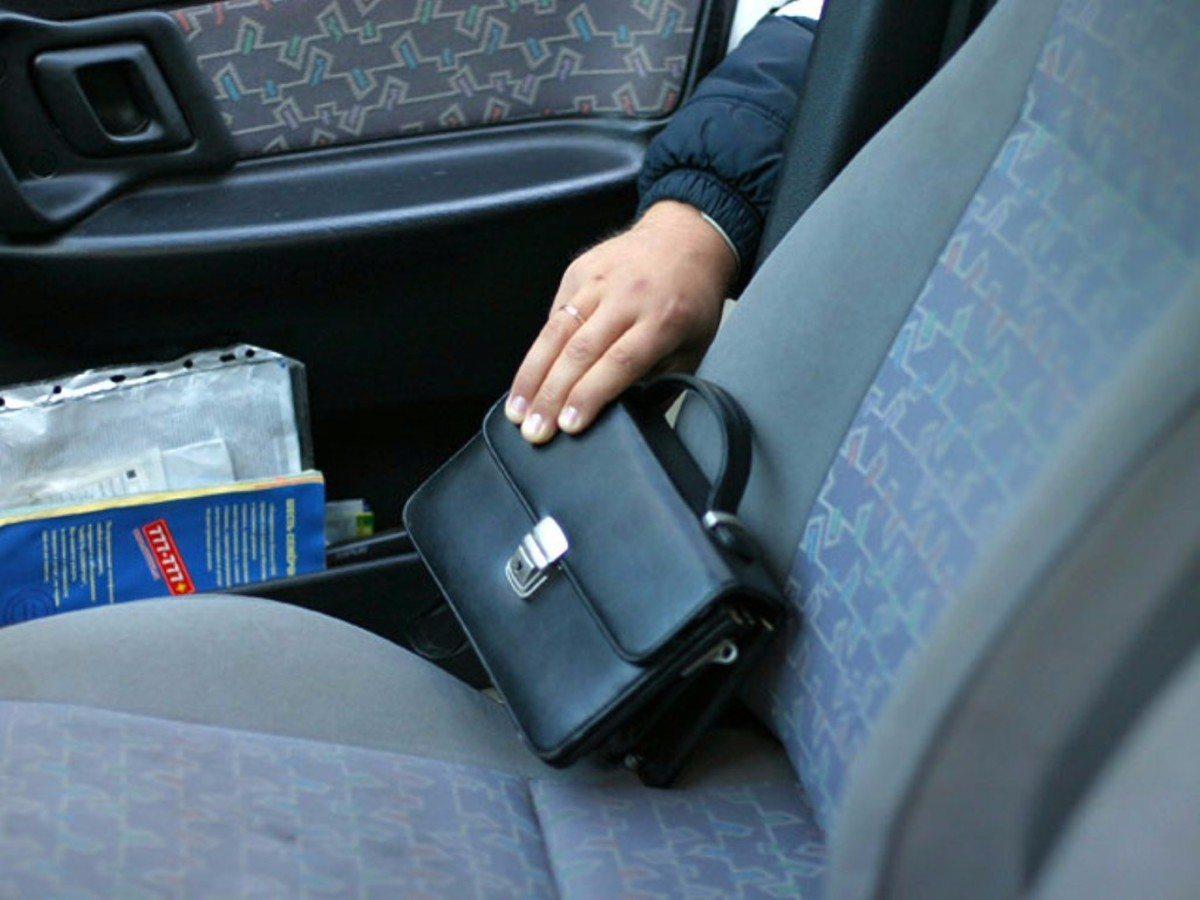 Из авто жителя Херсонщины украли крупную сумму