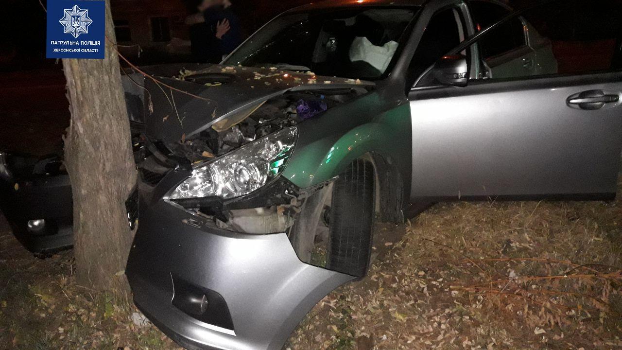 """Пьяный херсонец на автомобиле """"Субару"""" врезался в дерево"""
