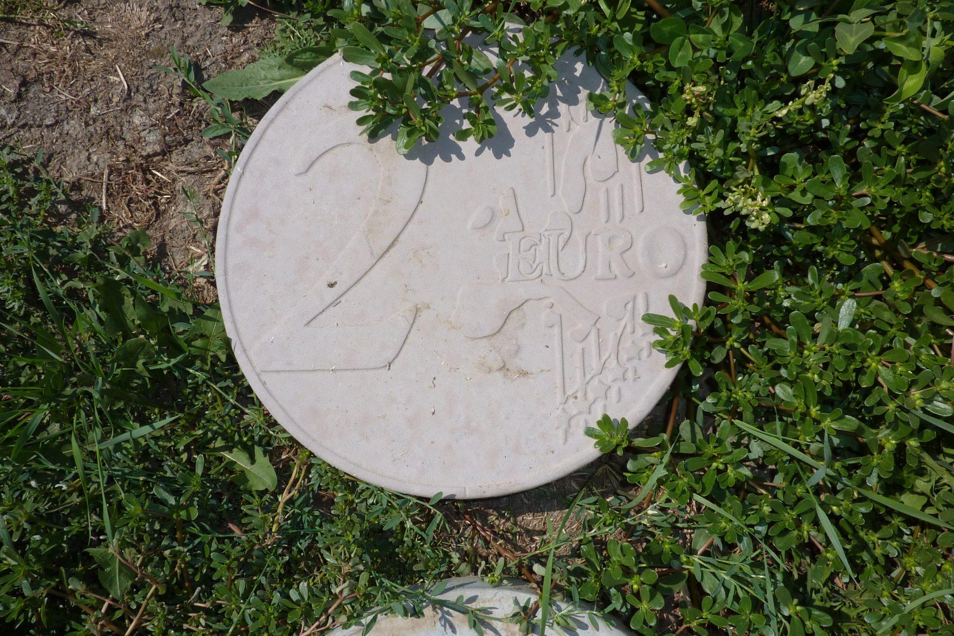 евровалюта, бетон, газон
