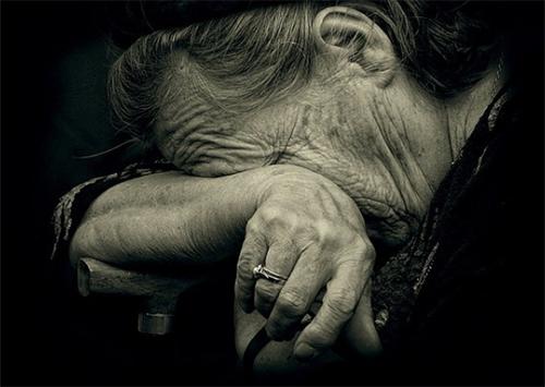 На Херсонщине родственники выставили на улицу старушку