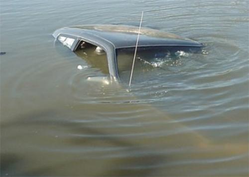 Машина вместе с водителем утонула в канале на Херсонщине