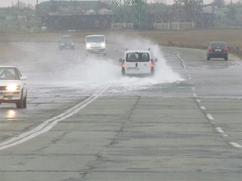 На Херсонщині через сильний вітер затопило дорогу до Арабатської Стрілки