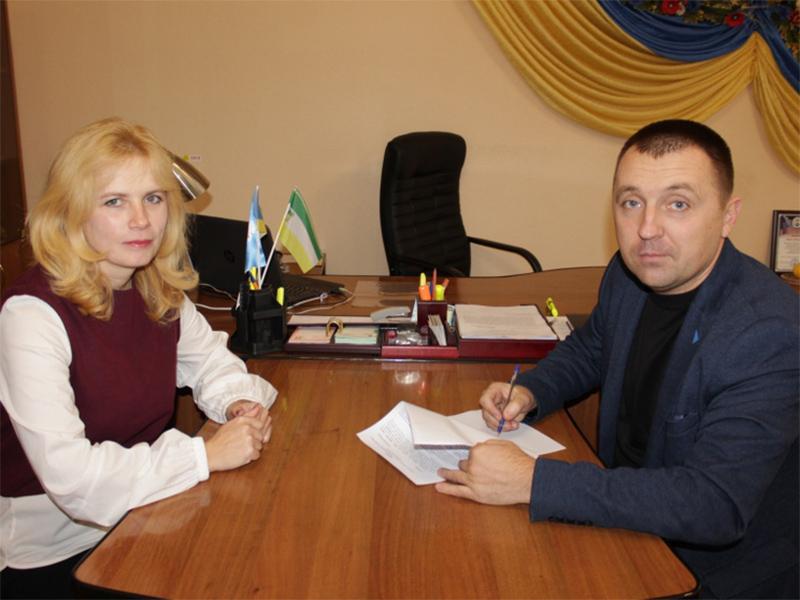 Голова Олешківської райради підписує контракти з керівниками комунальних установ