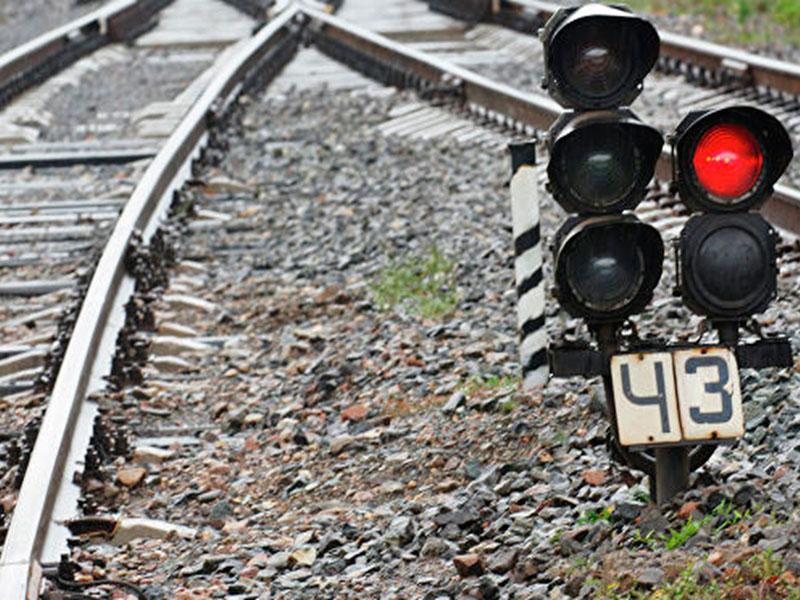 Прыжок с поезда на Херсонщине едва не стоил мужчине жизни