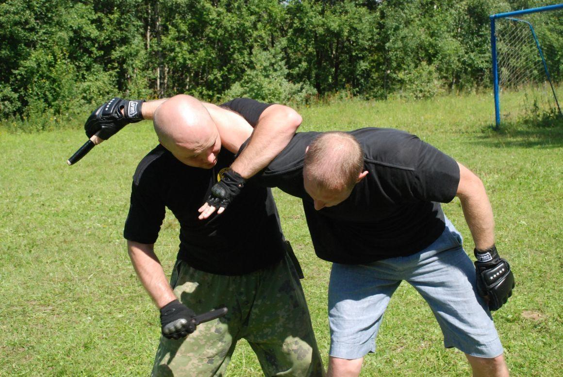 В Херсонской области отец тяжело ранил сына ножом во время тренировки по рукопашному бою