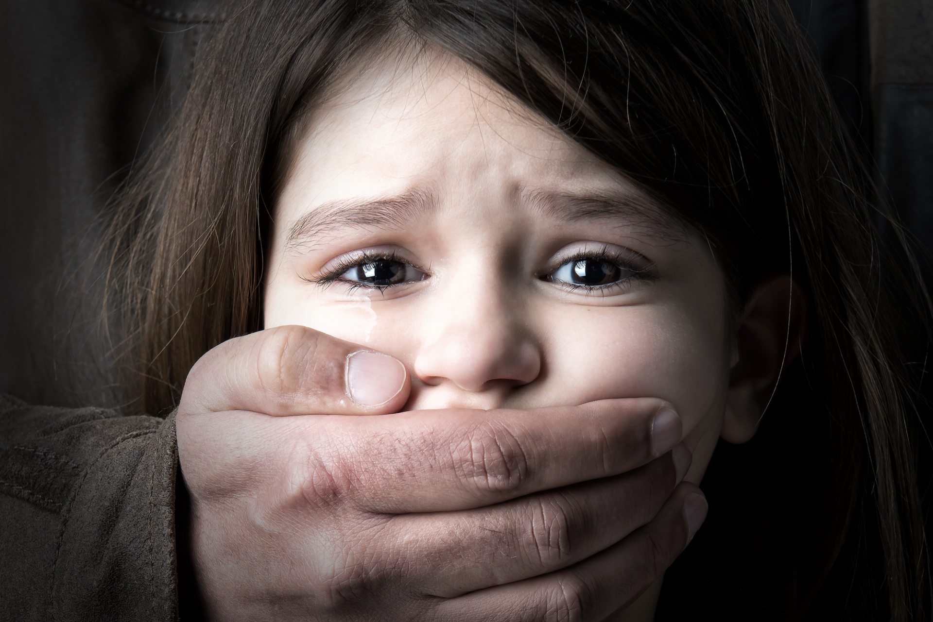 На Херсонщине полицейские задержали подозреваемого в сексуальном насилии над несовершеннолетней