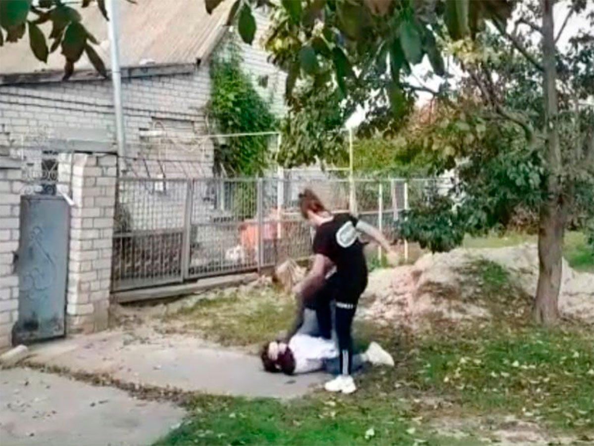 На Херсонщине полицейские выяснили за что подруги избивали школьницу