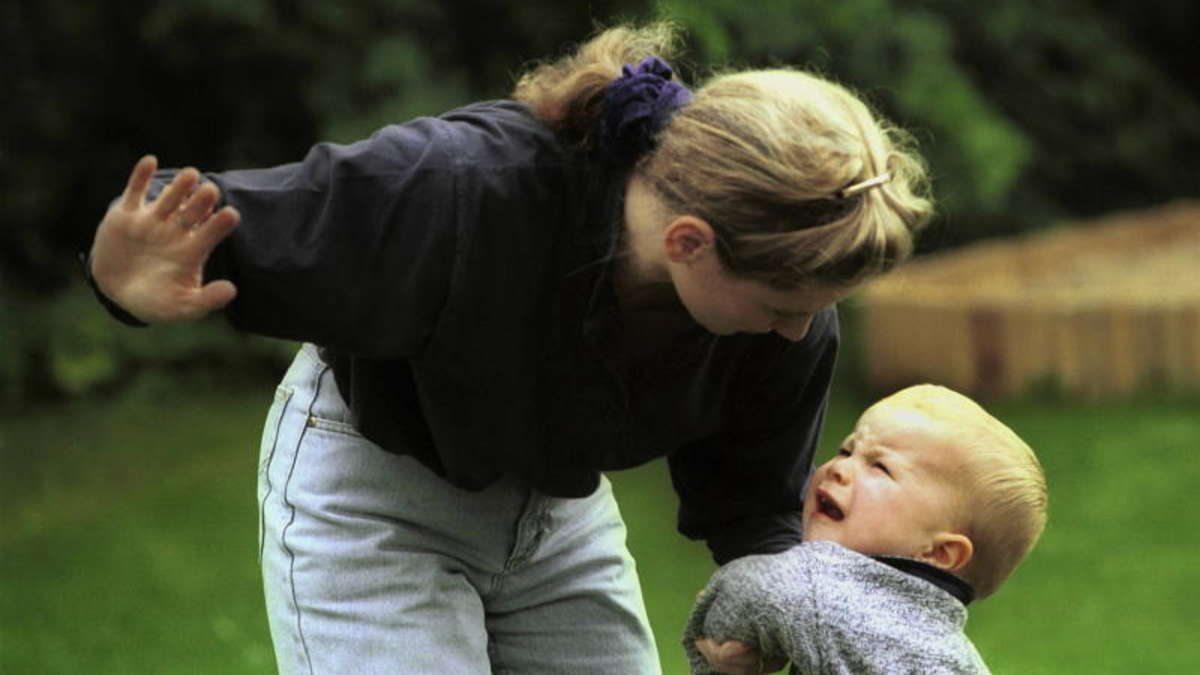 мать, младенец, избиение