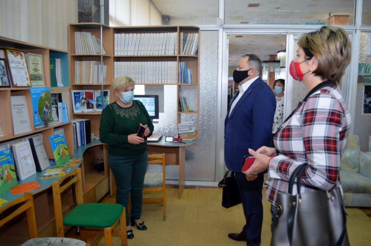 Херсонскую библиотеку им.О.Гончара посетил заместитель председателя ХОГА