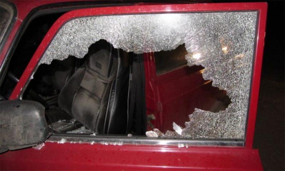 На Херсонщине хулиган с ножом танцевал на чужом автомобиле