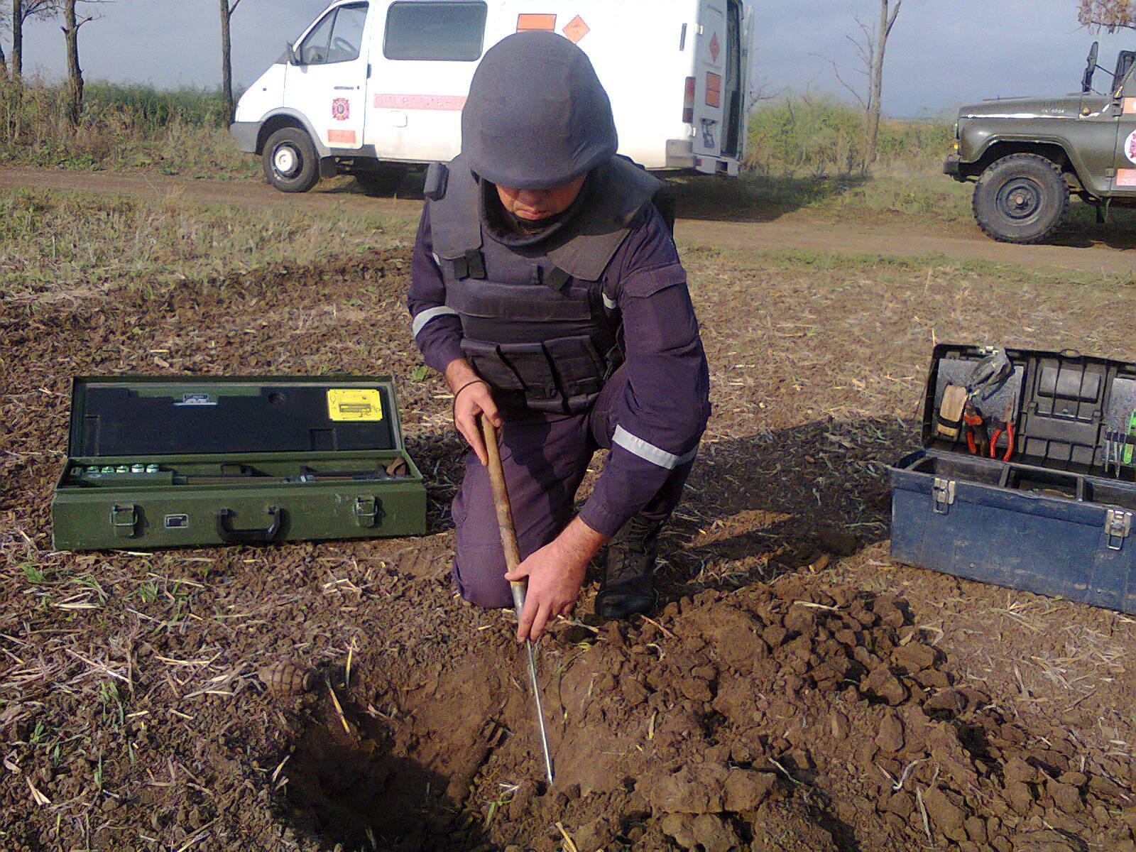 Херсонские сапёры-пиротехники уничтожили артснаряд времён войны, найденный в Каховке