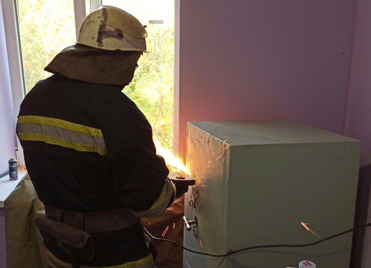 На одном из избирательных участков Херсонщины спасатели открыли заклинивший сейф с бюллетенями
