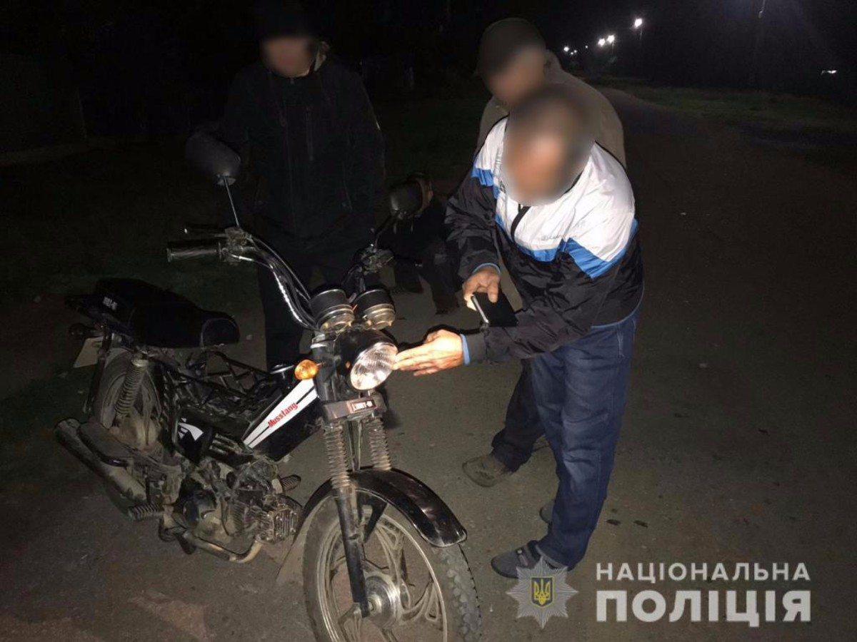 На Херсонщине полицейские в течение суток разыскали угнанный мопед и вернули владельцу