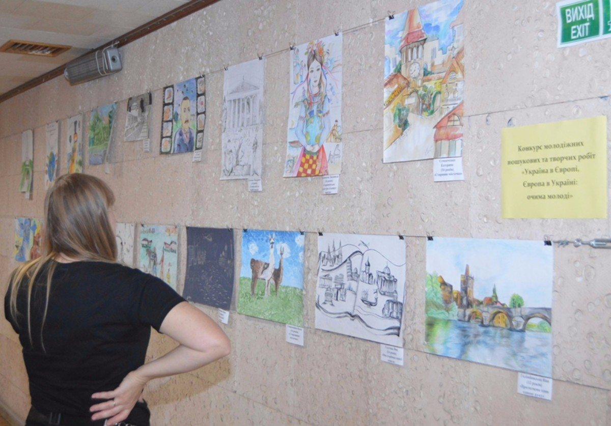 В Херсонской библиотеке проходят две выставки, посвящённые Европейской неделе местной демократии