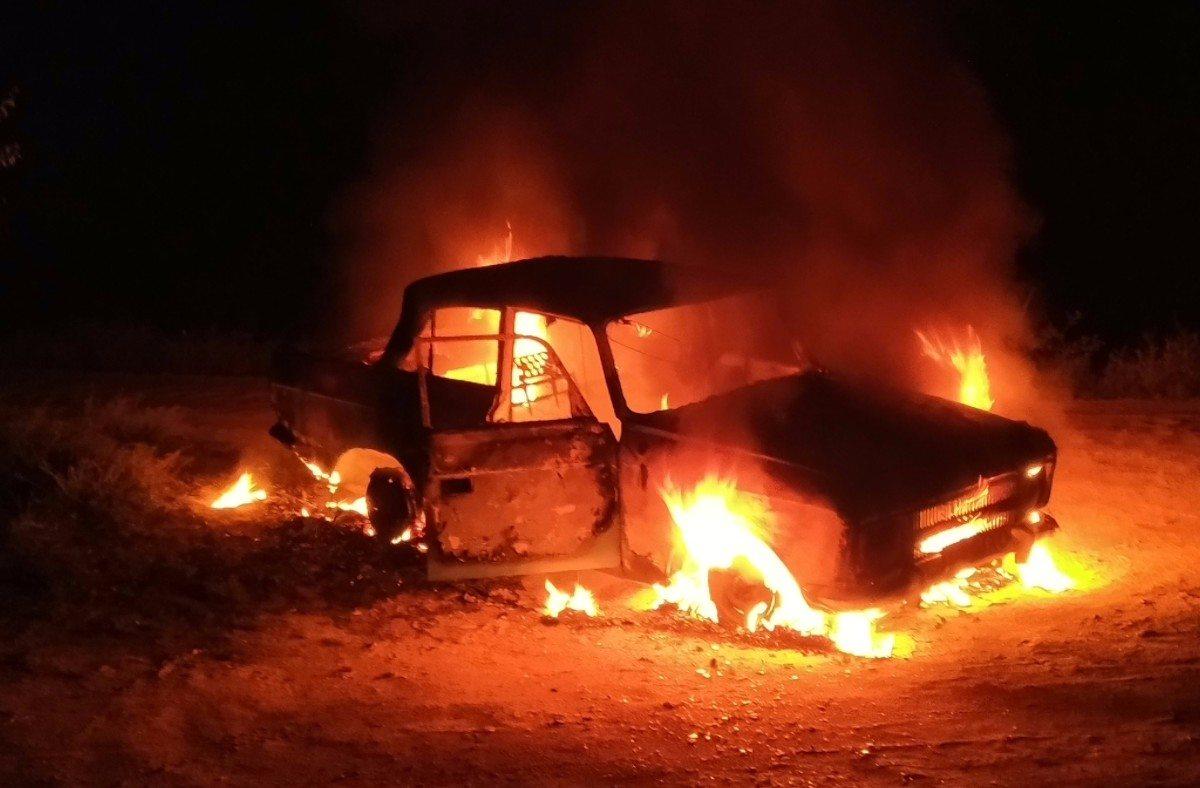 В Геническе легковой автомобиль сгорел дотла