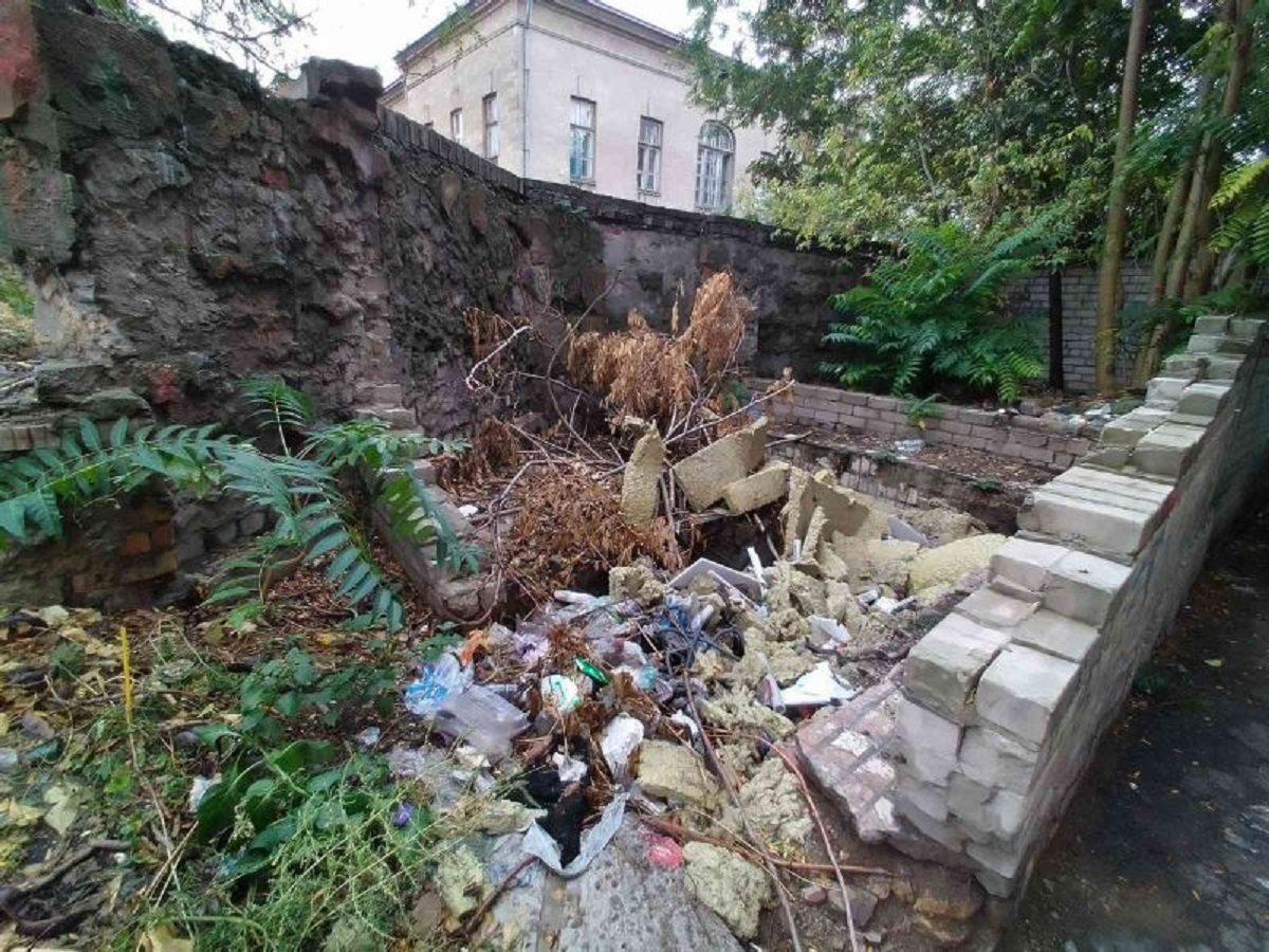 Власти Херсона не могут убрать свалку возле Художественного музея