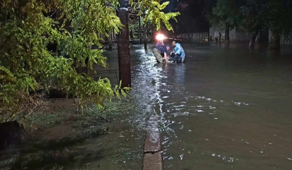 В Херсоне спасатели всю ночь работали на откачке воды из частных домов
