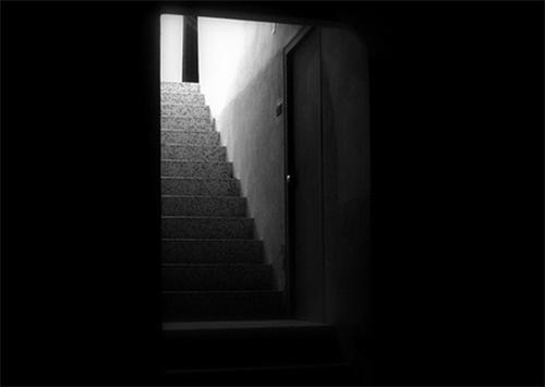Что делают  девочки на Херсонщине в темных подъездах?