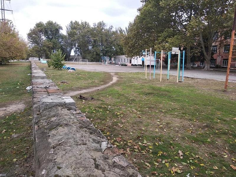 Школьные спортплощадки Херсона находятся в запущенном состоянии (фото)
