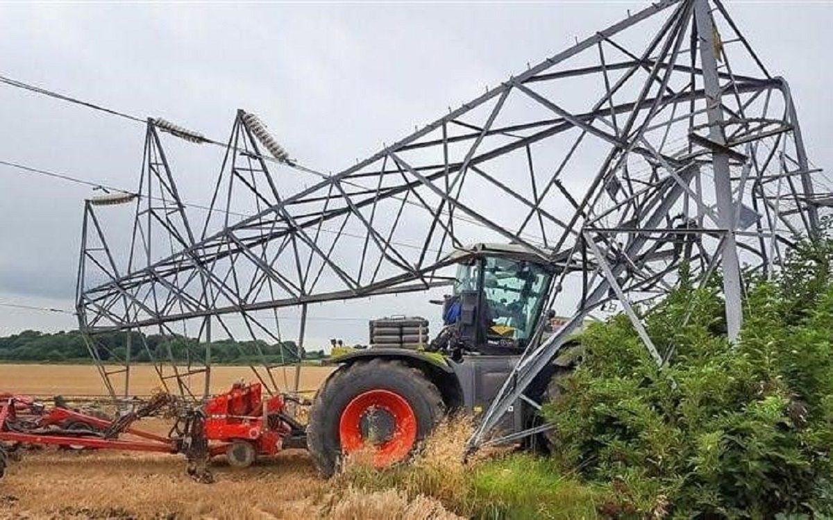 В Херсонской области комбайнёр сбил две опоры ЛЭП, обесточив два села