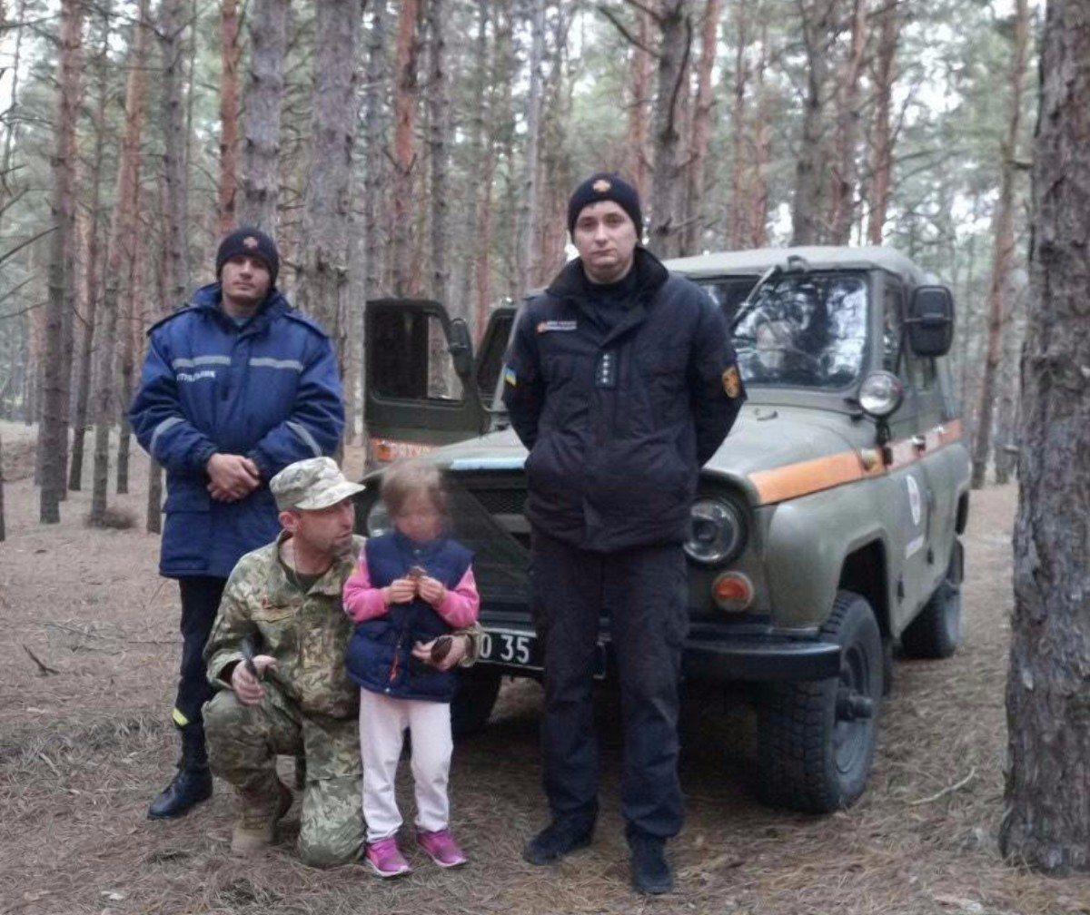 На Херсонщине спасатели помогли разыскать заблудившуюся в лесу девочку