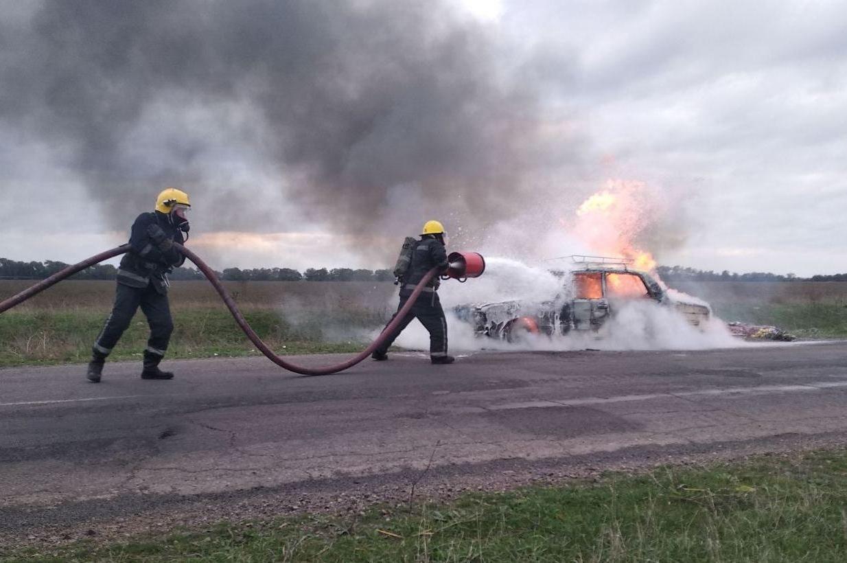 На Херсонщине на трассе во время движения загорелся легковой автомобиль