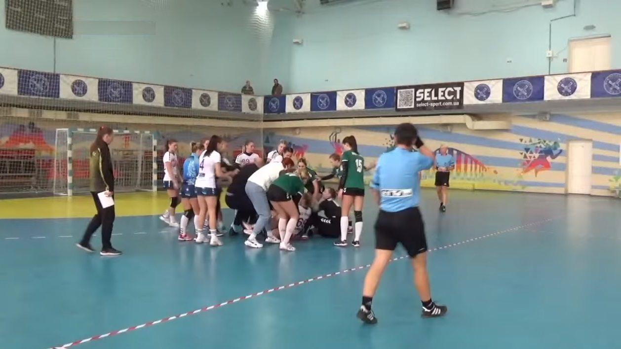 Херсонские гандболистки ввязались в драку во время матча