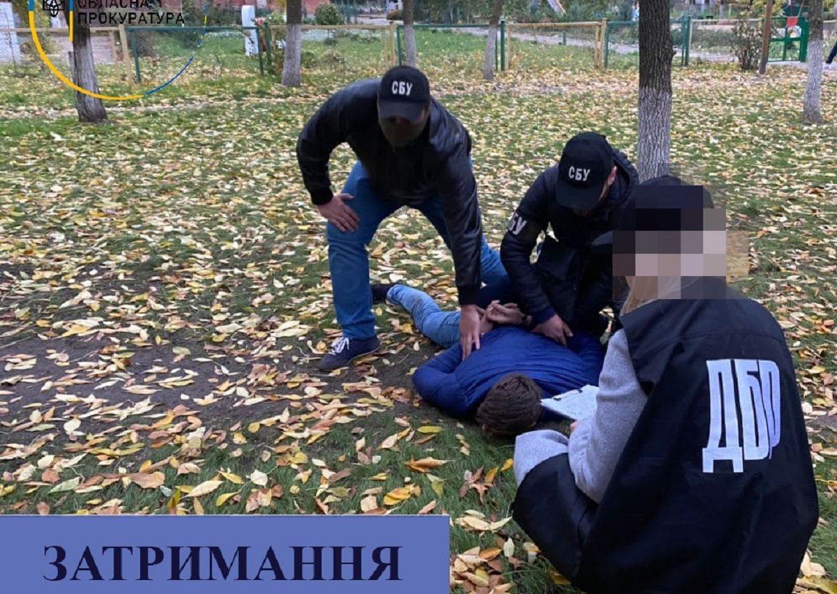 В Херсоне СБУ и ГБР задержали полицейского на взятке