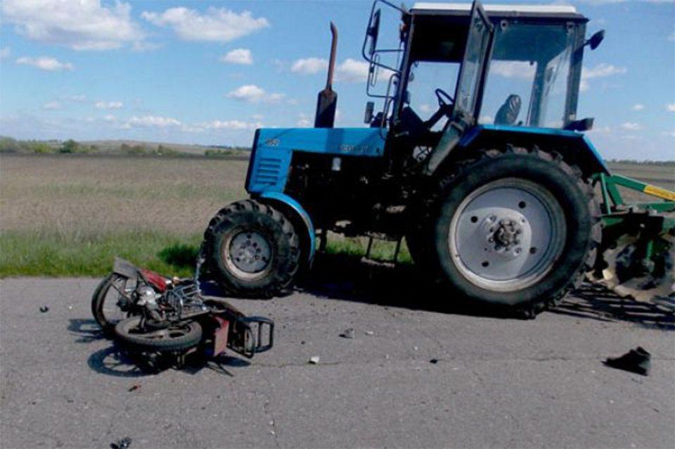На Херсонщине мотоциклист лбом таранил трактор
