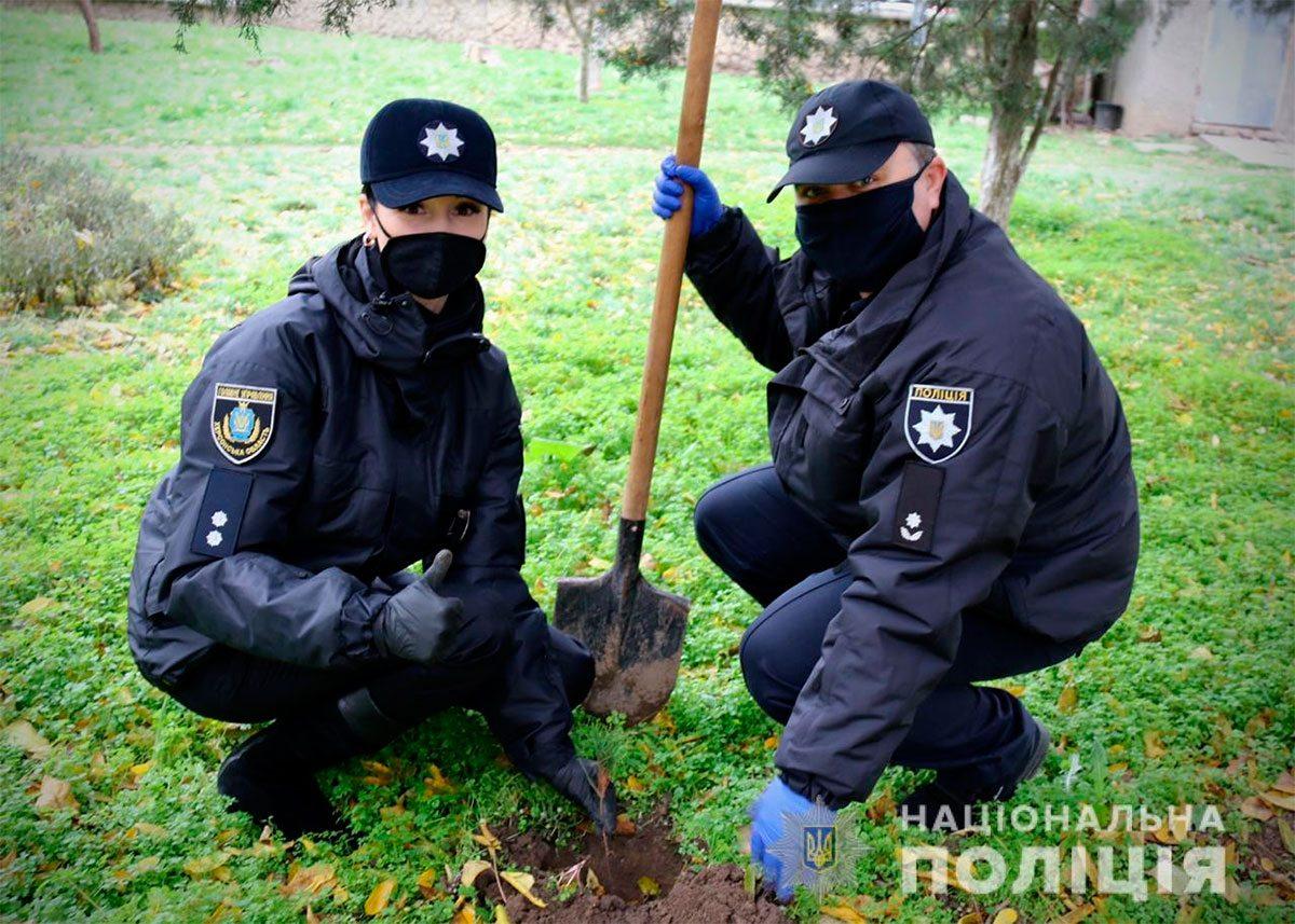 В Херсоні поліцейські висадили дерева для дітей
