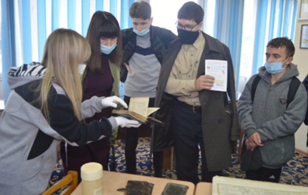 В Херсоне студенты ХНТУ познакомились редкими книгами библиотеки им.Гончара