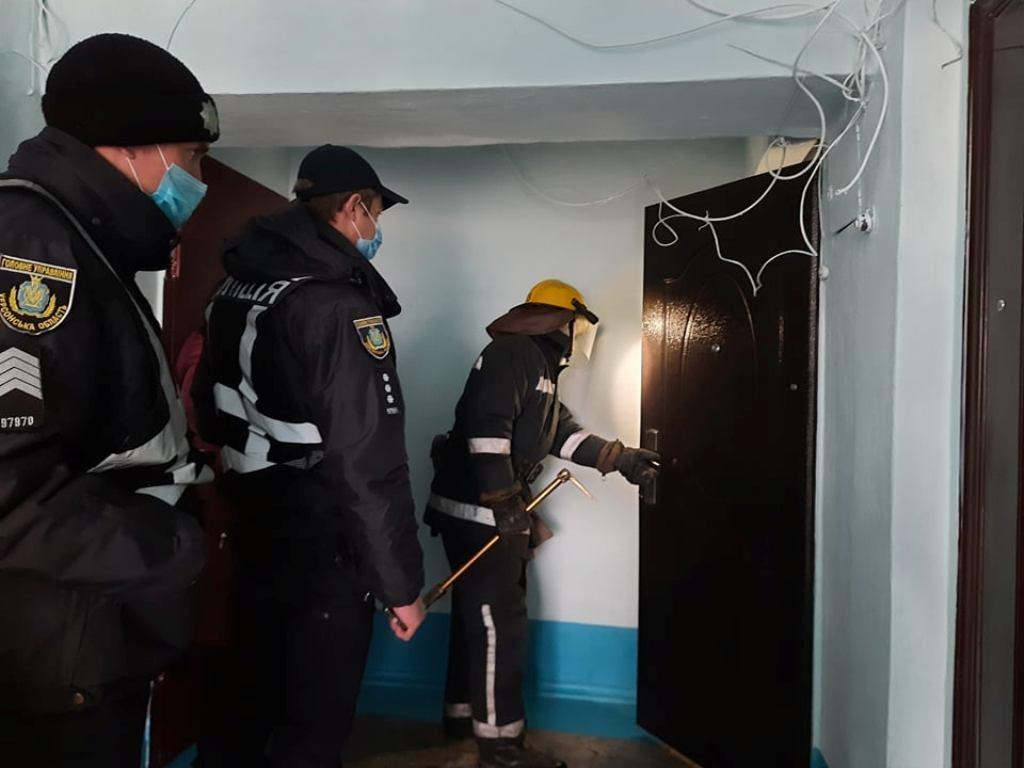 На Херсонщине спасатели взломали дверь в квартиру не отвечавшего пенсионера