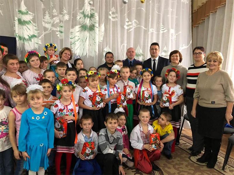 Фіскали Херсонщини привітали дітей із Днем Святого Миколая