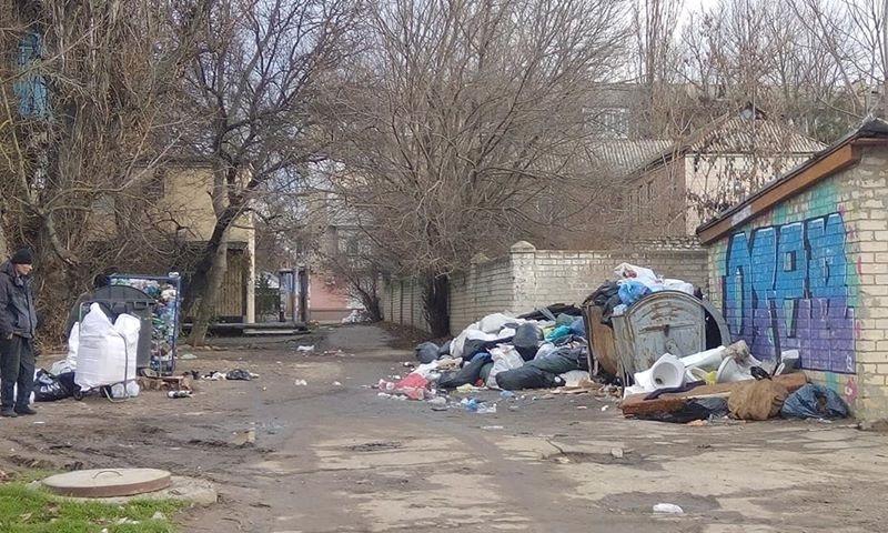 В Херсоне с лета накапливаются кучи мусора