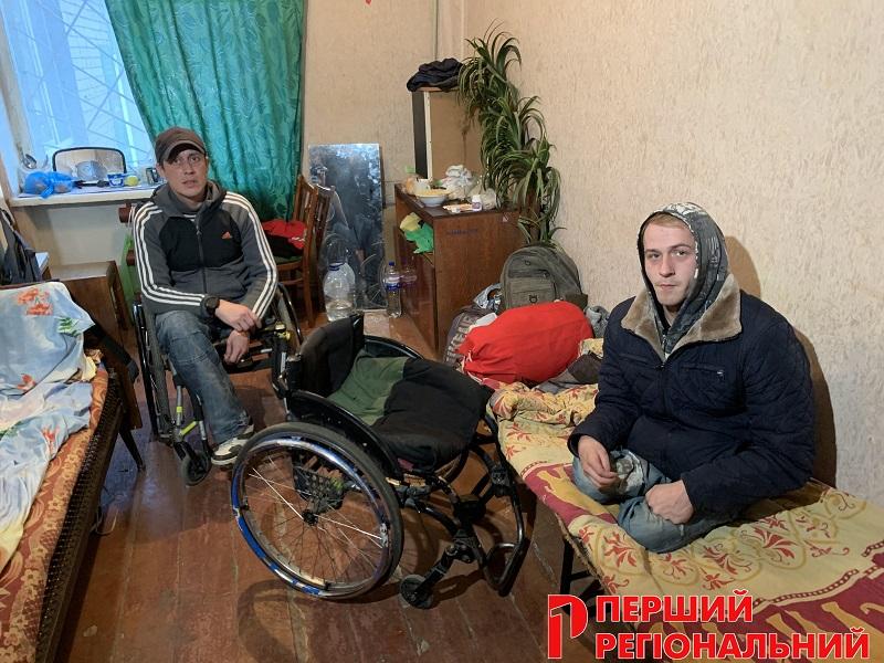 В Херсоні двоє безногих хлопців живуть у підсобному приміщенні