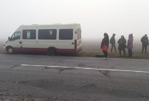 В Херсонской области у рейсового автобуса на ходу отлетели оба задних колеса