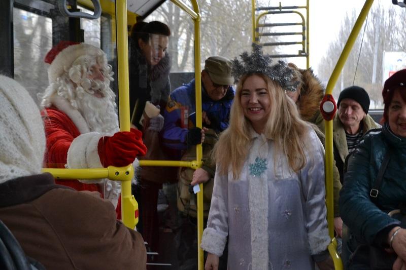 В херсонских троллейбусах пассажиров поздравляли Дед Мороз и Снегурочка