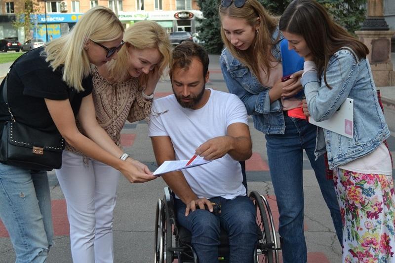 Більше половини супермаркетів та продуктових магазинів у Херсоні недоступні для людей з інвалідністю