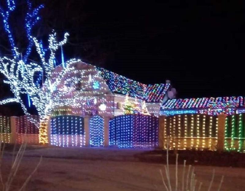 В Геническе украшают дома рождественской иллюминацией на американский манер