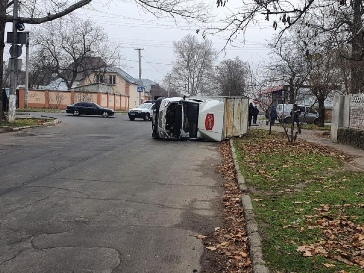 В Херсоне в ДТП перевернулся грузовик (фото)