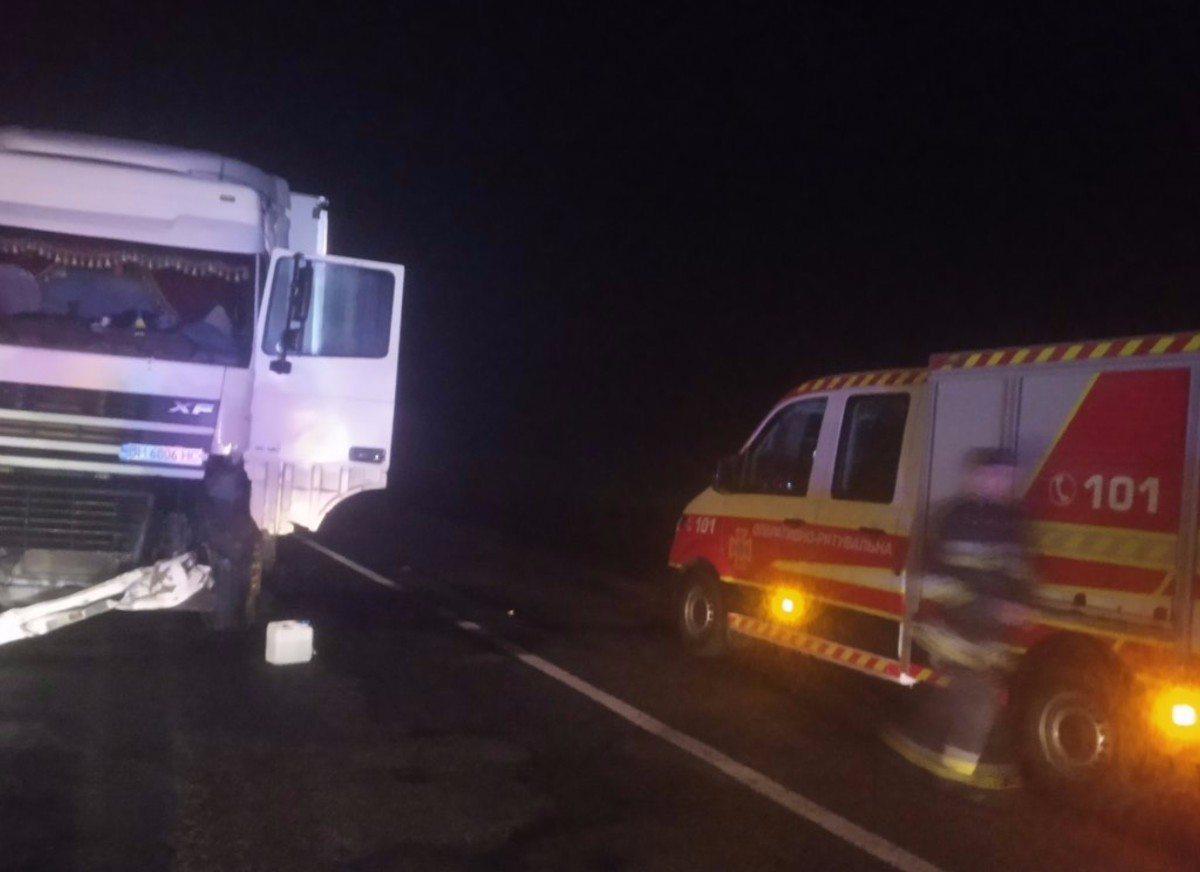 На Херсонщине спасатели убрали покорёженный грузовик с трассы